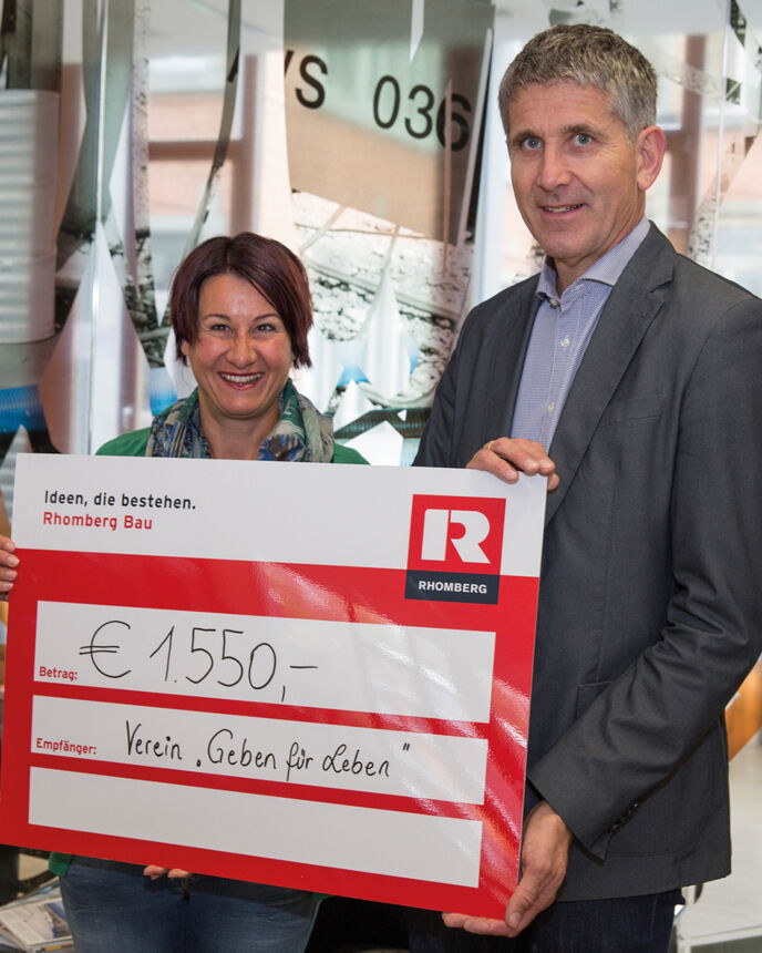 "Cheque presentation: We have covered the costs for the tests ourselves. ""Geben für Leben""-Chairlady Susanne Marosch with Rhomberg MD Martin Summer."